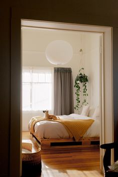 6 Decluttering Strategies Minimalists Swear By: Before you buy more ask: Does this inspire me? 6 Decluttering Strategies Minimalists Swear By: Before you buy more ask: Does this inspire me? Home Decor Bedroom, Zen Bedroom, Modern Bedroom, Minimalist Home, Minimalist Bedroom Design, Bohemian Bedroom Decor, Stylish Bedroom Design, Home Decor, Aesthetic Bedroom