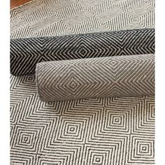 Soften footsteps while adding modern style to your decor with this hand-woven rug from nuLOOM. The trellis pattern offers a contemporary spin on a classic with a box-shaped motif and white background