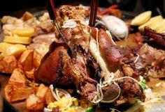 Ciolanul de porc in bere cu miere este o varianta delicioasa la friptura de porc pentru seara de Craciun: fraged, aromat si cu o crusta crocanta V Video, Russian Recipes, Kefir, Recipies, Beef, Snacks, Dishes, Chicken, Pork