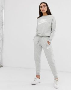 Browse online for the newest Nike gray rally logo regular fit sweatpants styles. Shop easier with ASOS' multiple payments and return options (Ts&Cs apply). Casual School Outfits, Cute Comfy Outfits, Sporty Outfits, Nike Outfits, Teen Fashion Outfits, Athletic Outfits, Outfits For Teens, Sporty Fashion, Mod Fashion