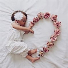 😍 Cute 😘❤️ Baby Love – jennifer Newborn baby photo shoot idea for a baby girl: Use flowers to create a heart. Newborn Baby Photos, Newborn Shoot, Newborn Baby Photography, Newborn Pictures, Children Photography, Wildlife Photography, Baby Girl Photos, Mommy And Baby Pictures, Infant Pictures