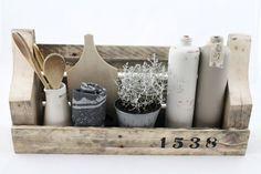 Houten rek gemaakt van sloophout. Afmetingen: 60cm (b) x 30cm (h) x 13cm (d)