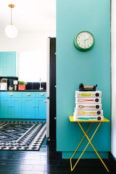 Spiel mit Farben im Esszimmer. Und was spricht dagegen Kochbüchern mal ein einheitliches Cover zu Verpassen?