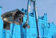 Florentijn Hofman: 'Beukelsblauw' (2004-2006). A row of houses in the center of Rotterdam was painted bright blue before being demolished.