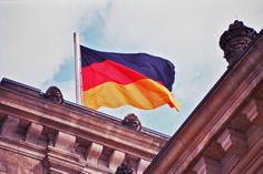Emigrar para a Alemanha: o motor económico europeu | A Alemanha situa-se na Europa central e é o país com maior número de habitantes na União Europeia. O território alemão compreende uma área com 360000 quilómetros quadrados, compreendidos entre o Mar do Norte e o Mar Báltico. De Norte a Sul, faz fronteira com inúmeros países, Dinamarca, Polónia, República Checa, Áustria, Suíça, França, Luxemburgo, Bélgica e Holanda.