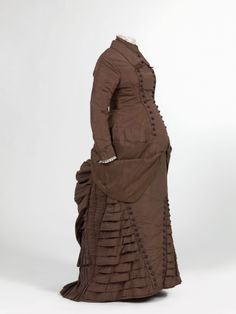 Maternity dress, c. 1880, at the Mode Museum. The dress was remade from a somewhat older model, which had been worn as a wedding dress.