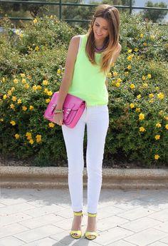 blusa neon , pantalón blanco