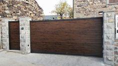 Puerta peatonal y portón de corredera acabado madera oscura