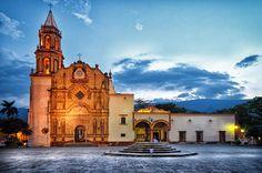 """Jalpan de Serra en Querétaro de Arteaga Declarado Pueblo Mágico en 2010.  Se dice que los primeros pobladores de esta zona fueron de origen olmeca, quienes se asentaron aquí entre el 1700 y 1000 a.C. Su nombre en náhuatl significa """"lugar sobre arena"""" y actualmente es considerada como Patrimonio Mundial de la Humanidad por todas las misiones franciscanas construidas ahí."""