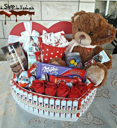 Geschenke gifts for friends basket Valentine Gift Baskets, Valentine's Day Gift Baskets, Valentines Day Gifts For Him, Valentines Diy, Birthday Basket, Diy Birthday, Wedding Gift Boxes, Wedding Gifts, Cute Gifts