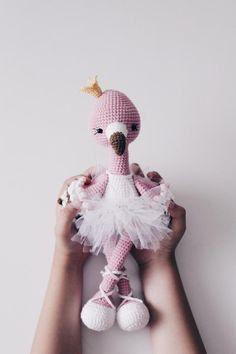 Amigurumi Flamingo - Ideias e Tutorial Crochet Bird Patterns, Crochet Birds, Crochet Doll Pattern, Amigurumi Patterns, Cute Crochet, Beautiful Crochet, Crochet Dolls, Crochet Baby, Crochet Flamingo
