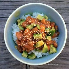 Bol de riz, ou poké bowl au saumon cru et avocat Here is the poke bowl! A bowl of rice, raw salmon and avocado marinated in a delicious soy sauce. Salmon Recipe Pan, Salmon Recipes, Raw Food Recipes, Asian Recipes, Cooking Recipes, Healthy Recipes, Healthy Meals, Healthy Food, Healthy Cooking