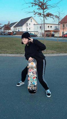 Notifications / Twitter Look Skater, Skater Girl Style, Skater Girl Outfits, Skater Boys, Skate Photos, Skate Girl, Skate Style Girl, Tumbrl Girls, Cool Skateboards