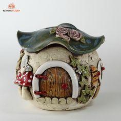 """Die Keramik Spardose ist als Wichtelbehausung gestaltet und macht Kinder zum Sparwunder. Wer wirft in eine so niedliche Spardose nicht gerne sein Geld. Die Keramik Spardose freut sich über kleines und großes Geld. Auch als Kaffeekasse erfüllt die Spardose aus Keramik außerordentlich gute Dienste. An der Unterseite der Spardose ist eine runde Aussparung, die mit einer Gummikappe abgedeckt ist. Die Keramik-Spardose überlebt so jede Erleichterung und muss nicht """"geschlachtet"""" werden, wenn der Be... Toad House, Candels, Money Box, Garden Houses, Diy, Craft Things, Pottery, Fairy Gardens, Kugel"""