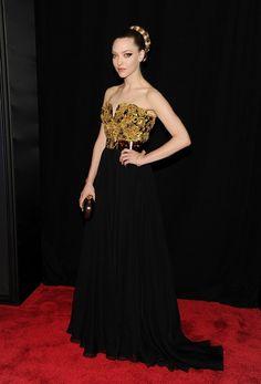 Amanda Seyfried, que está muy guapa con su vestido negro y dorado de Alexander McQueen