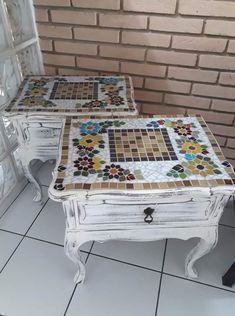 Mosaic Furniture, Funky Painted Furniture, Diy Pallet Furniture, Furniture Projects, Mosaic Crafts, Mosaic Projects, Glass Mosaic Tiles, Mosaic Art, Ceramic Design