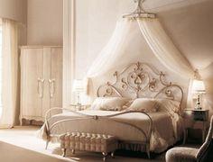 une tête de lit originale en fer forgé blanc à motifs royaux