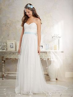Alfred Angelo Style 8549: A-line wedding dress with sweetheart neckline and lace bodice