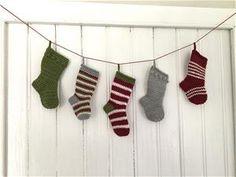 Jule-bestik-strømpe GRATIS OPSKRIFT Christmas Stockings, Holiday Decor, Threading, Needlepoint Christmas Stockings, Christmas Leggings, Stockings