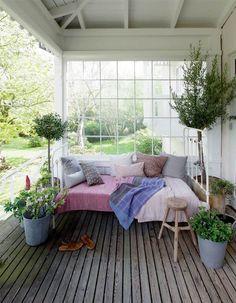 Uderum indrettet med mulighed for at trække i ly for både sol, vind og regn Hygge, Porches, Outdoor Rooms, Outdoor Living, Outdoor Decor, Sleeping Porch, Scandinavian Home, Beautiful Space, My Dream Home