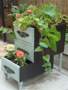 Turn old drawers into porch planters – DIY projects for everyone! Old Drawers, Desk With Drawers, Dresser Drawers, Dressers, Repurposed Furniture, Garden Furniture, Furniture Ideas, Vintage Furniture, Old Desks