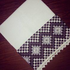 Pano de Prato com aplicação de tecido xadrez e bordado á mão.  Passado biquinho de crochê no barrado.  Confeccionado em tecido próprio para pano de prato.