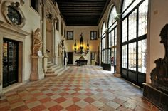 Palazzo Pisani di Santo Stefano ora siete del Conservatorio. Conservava dipinti di Tiziano, Paolo Veronese e Castelvecchio. Attribuito a Sansovino.ma in realtà iniziato nel XVII sec.