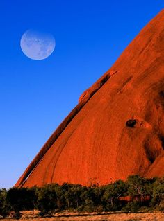Uluru , también conocida como Ayers Rock and officially gazetted as Uluru / Ayers Rock, is una gran sandstone rock formation en la parte sur of the Northern Territory, central Australia. It lies 335 km (208 millas) south west of the grande más cercana town, Alice Springs, 450 km (280 millas) por carretera.