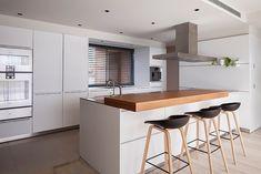 15 cocinas blancas con isla bien diseñadas llenas de ideas y soluciones | Mil Ideas de Decoración Kitchen Island For Dining, Future House, New Homes, Table, Furniture, Home Decor, Barcelona, Kitchen Small, Draping