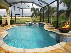 Gartenpool unter Überdachung aus Glas-Feuerschalen im Poolbereich