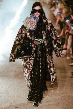 Gucci Resort 2019 Fashion Show Collection: See the complete Gucci Resort 2019 collection. Look 101 Gucci Fashion, Kimono Fashion, Runway Fashion, Boho Fashion, Womens Fashion, Fashion Tips, Fashion Trends, Moda Hippie, Moda Boho