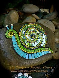 Liz Tonkin - great inspiration for a garden stepping stone or center of a small patio or table MehrMosaic Snail on Rock -- Liz Tonkin Mixed media, glass, mosaic art, from Liz Tonkin at Mosaic Rocks.Great example for class this is by Liz Tonkin. Mosaic Rocks, Mosaic Stepping Stones, Pebble Mosaic, Pebble Art, Mosaic Glass, Glass Art, Rock Mosaic, Stained Glass, Mosaic Garden Art