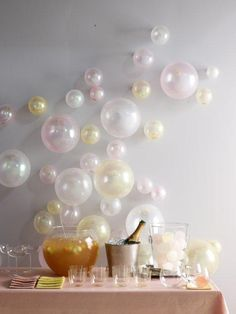 small Christmas Party too! balloons blown up to different sizes and just taped to the wall. Would be great for a bridal shower or new years eve party Ideas Geniales, Partys, Party Entertainment, New Years Eve Party, Baby Shower Themes, Shower Ideas, Holiday Parties, Winter Parties, Bridal Parties