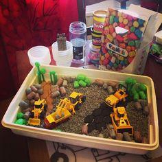 Hupsutteluja: Työmaa-aistilaatikko on purkamisen jälkeen Sadut eloon -leikki // Sensory box or Small World with play dough, straws, Playmais and decoration stones