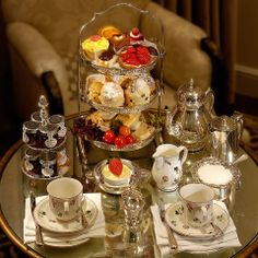 Love the beautiful service.  Pairs so well with the lovely Villeroy & Boch Petite Fleur china.