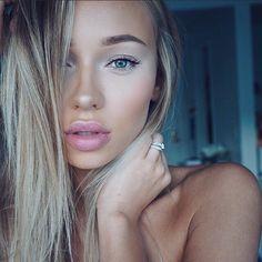 Nude  Foundation: @makeupforeverofficial HD Y405  Concealer: @tartecosmetics light med sand  Setting powder: @lauramercier translucent  Eyebrows: @anastasiabeverlyhills brow wiz soft brown  Eyelashes: Kiss Ever Ez trio lashes. by liza_lash