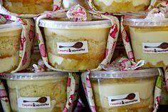 Como fazer bolo em potes para vender e lucrar bastante Dessert Boxes, Dessert In A Jar, Köstliche Desserts, Delicious Desserts, Yummy Food, Cupcakes, Cupcake Cakes, Sweet Recipes, Cake Recipes
