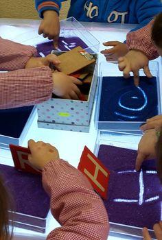 A continuación os muestro una de las posibles actividades que podéis realizar con la mesa de luz. Está orientada a alumnos/as de 3 año...