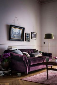 Choosing a purple sofa over a traditional neutral can definitely make a splash in your living room. Here are some tips to decorate your living room with a purple sofa. Home Interior, Interior Ideas, Living Room Colors, Living Room Designs, Living Spaces, Plum Living Rooms, Living Room Decor Purple, Living Room Sofa, Minimalist Decor