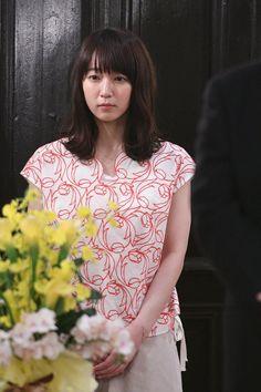 (画像2/5) 「ごめん、愛してる」吉岡里帆のコーデを毎週解説!第1話のポイントは?<本人コメント> Japanese Beauty, Pretty Woman, Floral Tops, Sari, Actresses, Actors, Cute, Photography, Fotografie