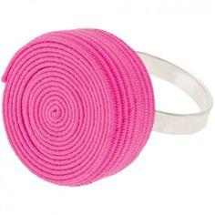 """Der Ring """"Rolly"""" in Pink vom Label Erste Sahne by Tanja Hartmann bringt auf originelle Art und Weise Farbe an deinen Finger. Der gerollte Gummitwist erinnert spielerisch an die eigene Kindheit. Versandkostenfrei innerhalb Deutschlands"""