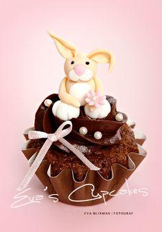 Cupcake au chocolat avec petit lapin / Chocolate cupcake with bunny Bunny Cupcakes, Pretty Cupcakes, Beautiful Cupcakes, Sweet Cupcakes, Easter Cupcakes, Baking Cupcakes, Cupcake Cookies, Cupcake Recipes, Mocha Cupcakes