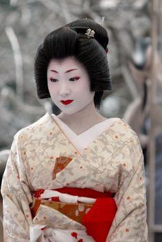 Geisha, Kyoto, Japan. Photography by Yani Loannou on Flickr