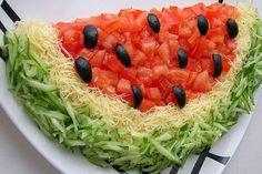 """Даже если за окном """"нелётная"""" погода можно порадовать своих домочадцев летним салатом """"Арбуз"""" с курицей и помидорами."""