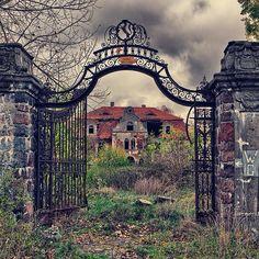 Casa abandonada (Polonia) Construida en 1910, como residencia de la Realeza polaca, convertida en escuela agrícola bajo el gobierno comunista, es otro de los magníficos sitios abandonados en el mundo en el que nos alojaríamos más que encantados.