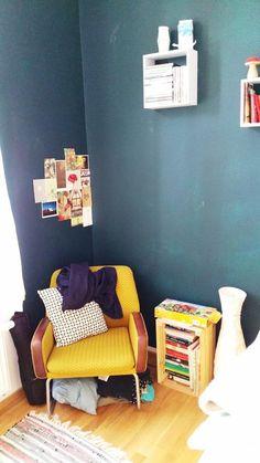Gemütliche Lese-Ecke mit dunkelblauer Wand und gelbem Sessel. #Farbe #Leseecke