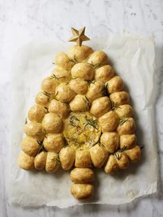 Christmas Nibbles, Christmas Bread, Christmas Baking, Christmas Recipes, Christmas Pasta, Jamie Oliver Recipes Christmas, Jamie Olivier, Tear And Share Bread, Queso Camembert