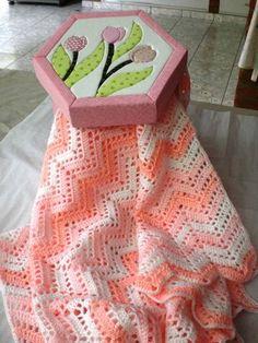 Manta em croche confeccionado em lã própria para bebê antialérgica. Tamanho 70x80 cm Cores : branco, rosa, azul, amarelo e verde R$ 124,19