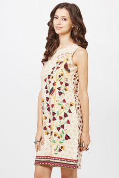 Sleeveless shift dress with floral and bird print, a round neckline in the front, a V-neckline at the back and seam pockets on both sides.