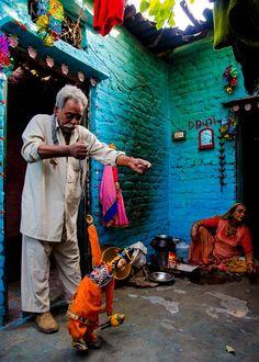 El Kathputli Colonia está situado cerca de la estación de Kirti Nagar Metro Indian Photography, Types Of Photography, Amazing India, India Culture, India People, Indian Heritage, Street Culture, Rajasthan India, Indian Art